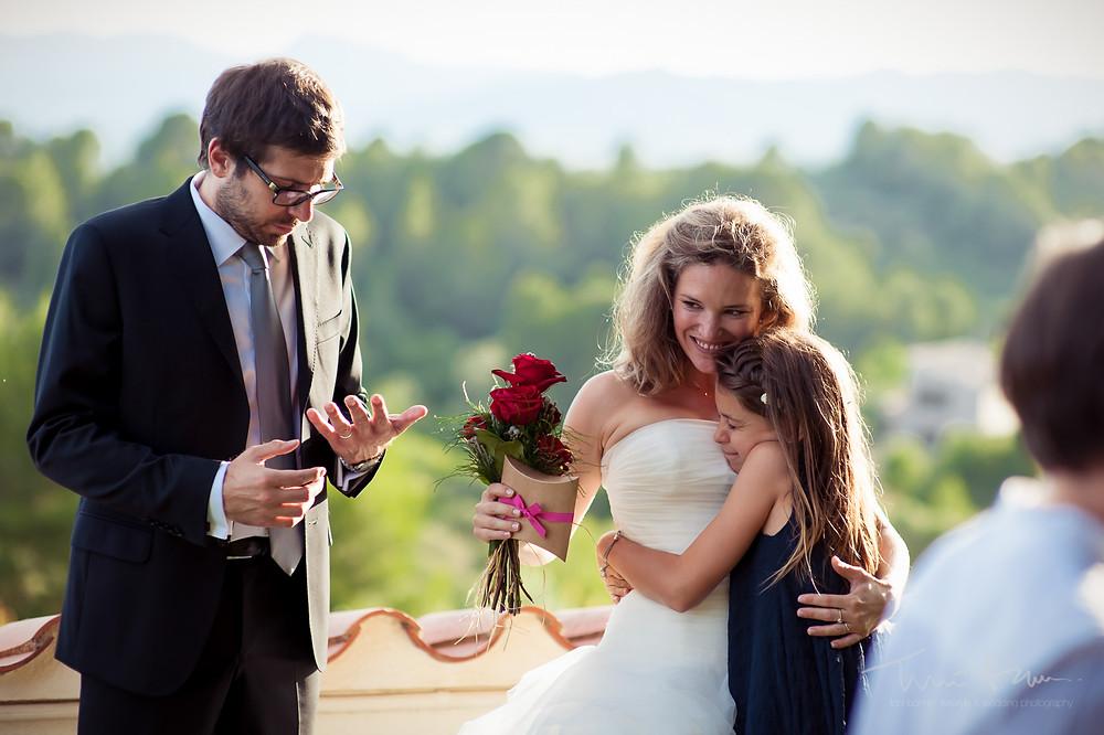 abrazos novia Mas Folch boda Fotografía documental Destination wedding photographer Tarragona  Barcelona