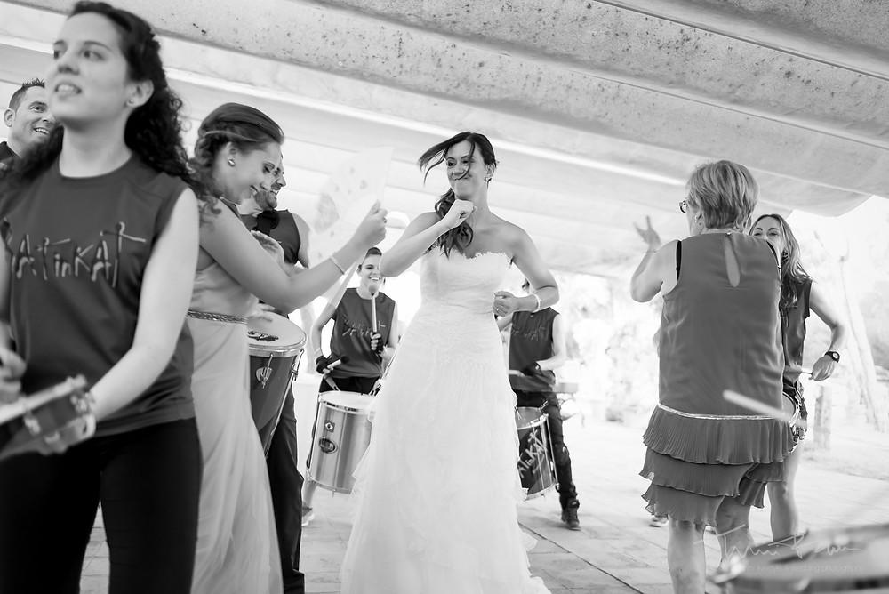 baile novia aperitivo batuka restaurant les Marines Fotografía documental Destination wedding photographer Tarragona  Barcelona