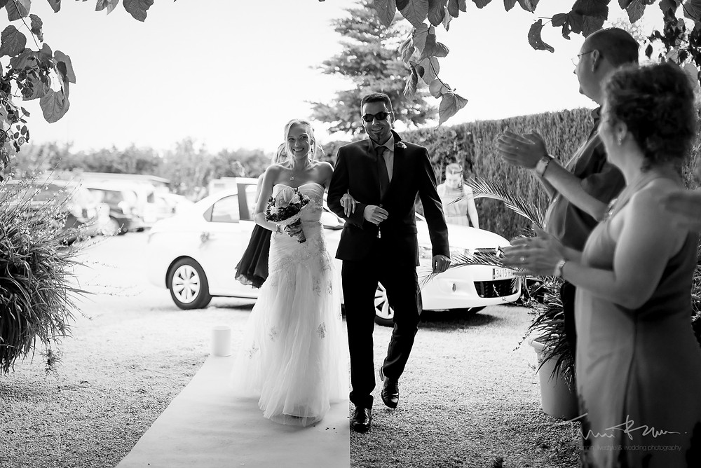 entrada novia Fotografía documental Destination wedding photographer Tarragona  Barcelona