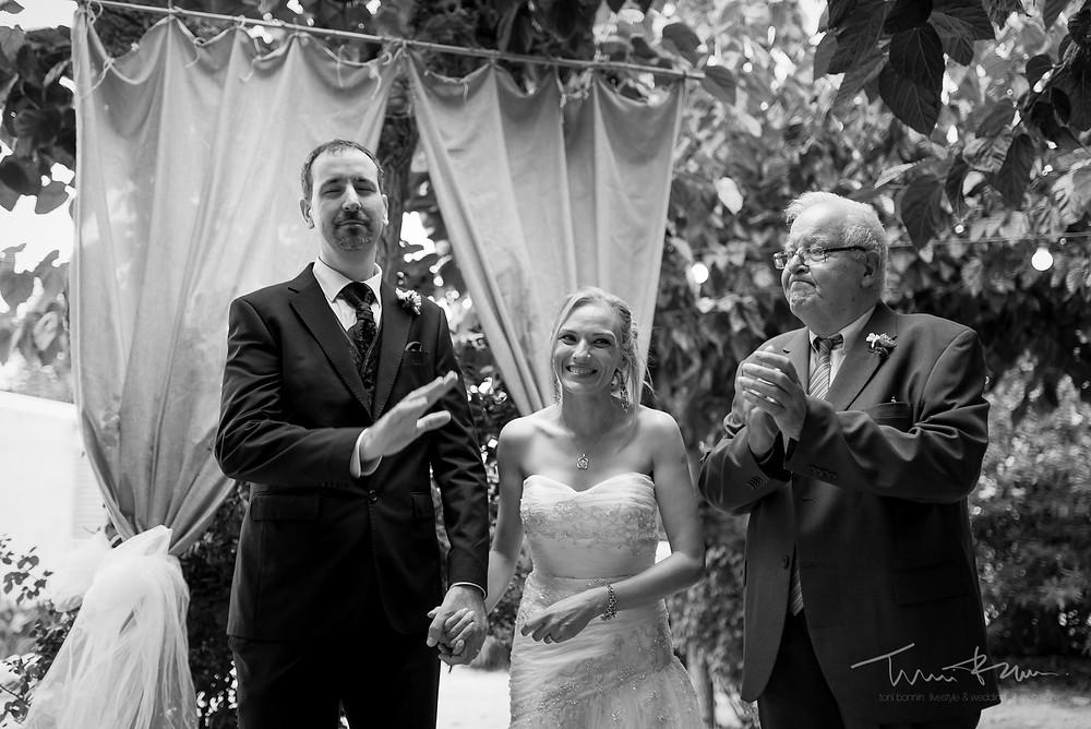 novio simpático gesto Fotografía documental Destination wedding photographer Tarragona  Barcelona