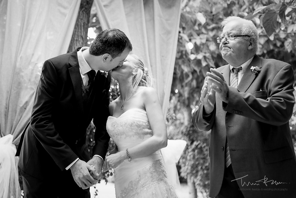 beso novios ceremonia Fotografía documental Destination wedding photographer Tarragona  Barcelona