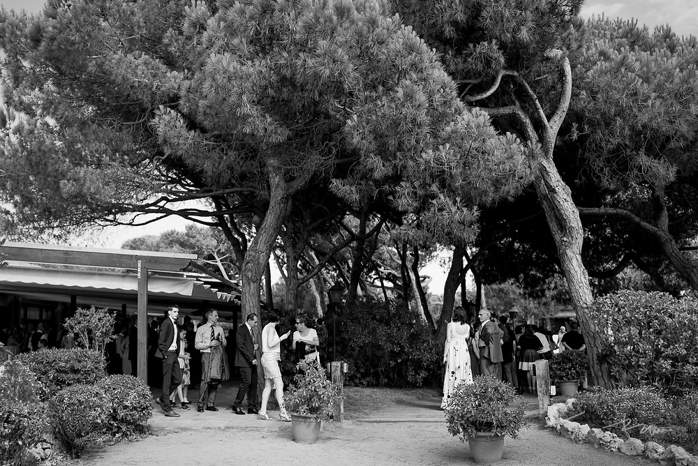 invitados restaurant les Marines Fotografía documental Destination wedding photographer Tarragona  Barcelona