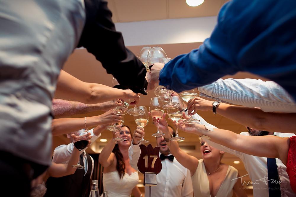 brindis banquete restaurant les Marines Fotografía documental Destination wedding photographer Tarragona  Barcelona