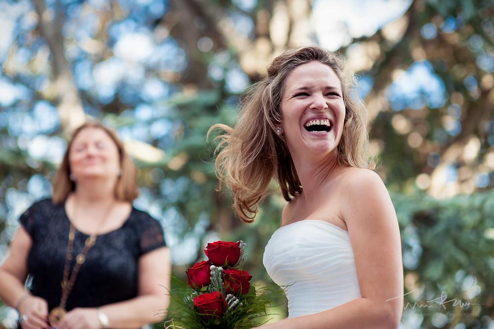 risas novia ceremonia Mas Folch boda Fotografía documental Destination wedding photographer Tarragona  Barcelona