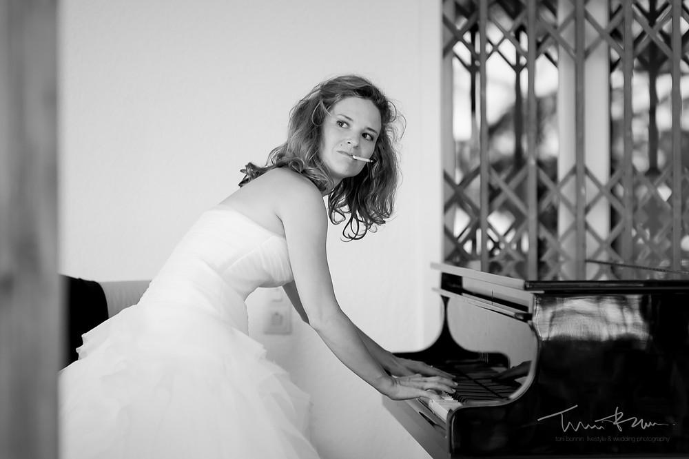 novia fumando cigarrillo tocando el piano Mas Folch boda Fotografía documental Destination wedding photographer Tarragona  Barcelona