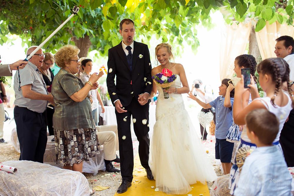 salida novios ceremonia novio exagerado Fotografía documental Destination wedding photographer Tarragona  Barcelona