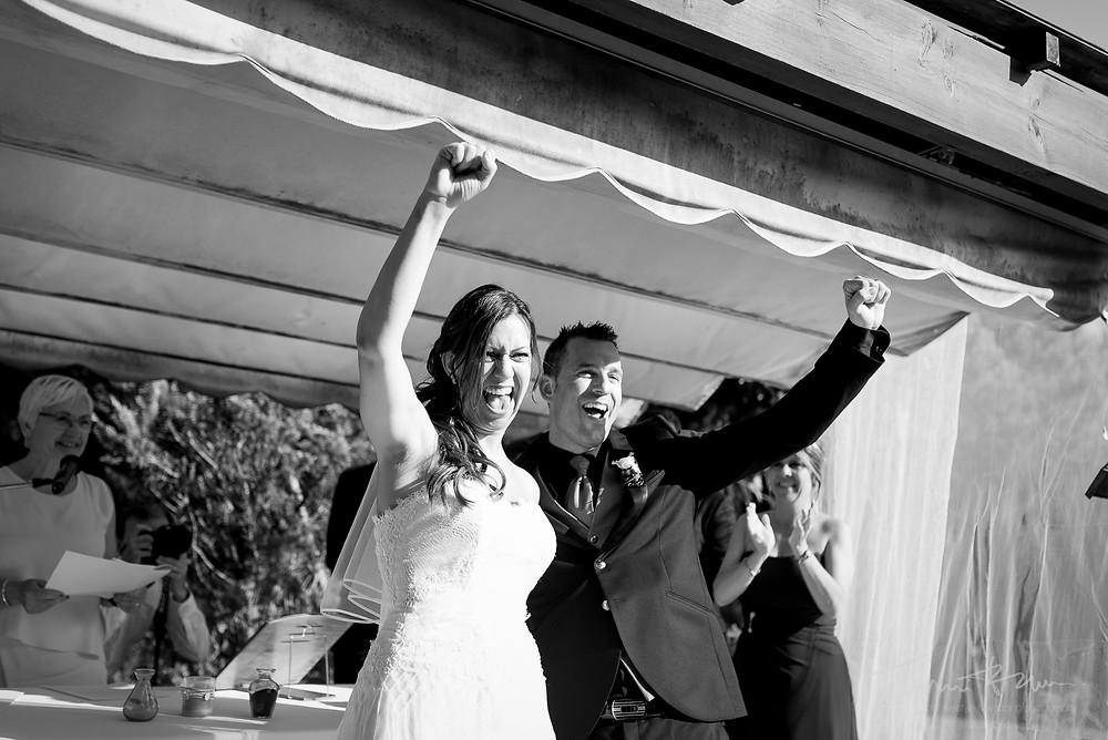 novios eufóricos ceremonia restaurant les Marines Fotografía documental Destination wedding photographer Tarragona  Barcelona