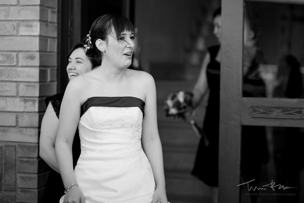 novia sorpendida al salir de casa limusina Fotografía documenta Destination wedding photographer Tarragona  Barcelona