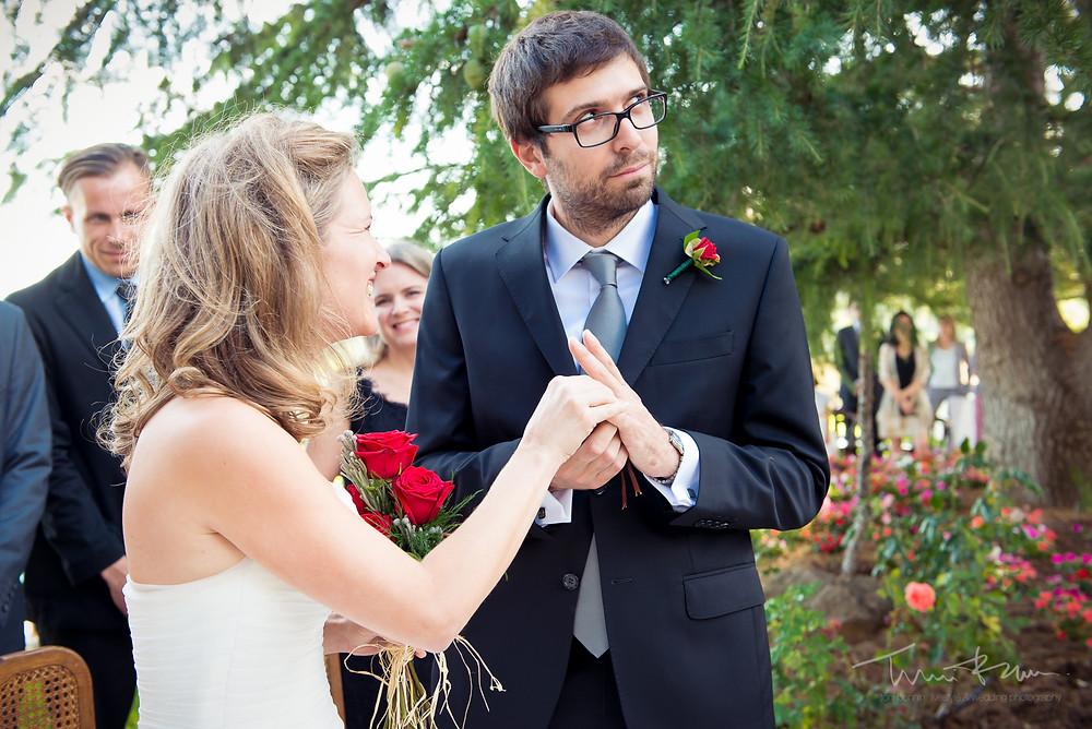 novio divertido gracioso ceremonia anillos Mas Folch boda Fotografía documental Destination wedding photographer Tarragona  Barcelona