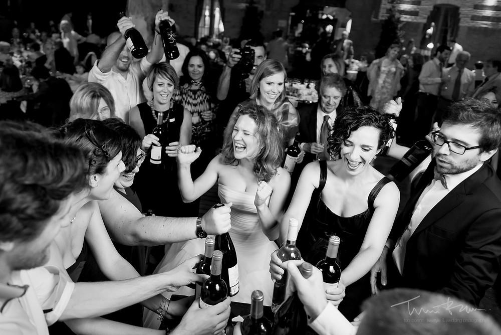 novia divertida amigos Mas Folch boda Fotografía documental Destination wedding photographer Tarragona  Barcelona