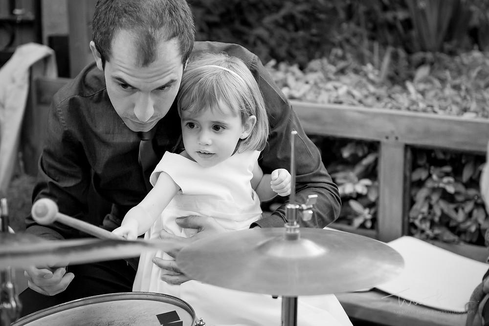 niña toca batería Mas Folch boda Fotografía documental Destination wedding photographer Tarragona  Barcelona