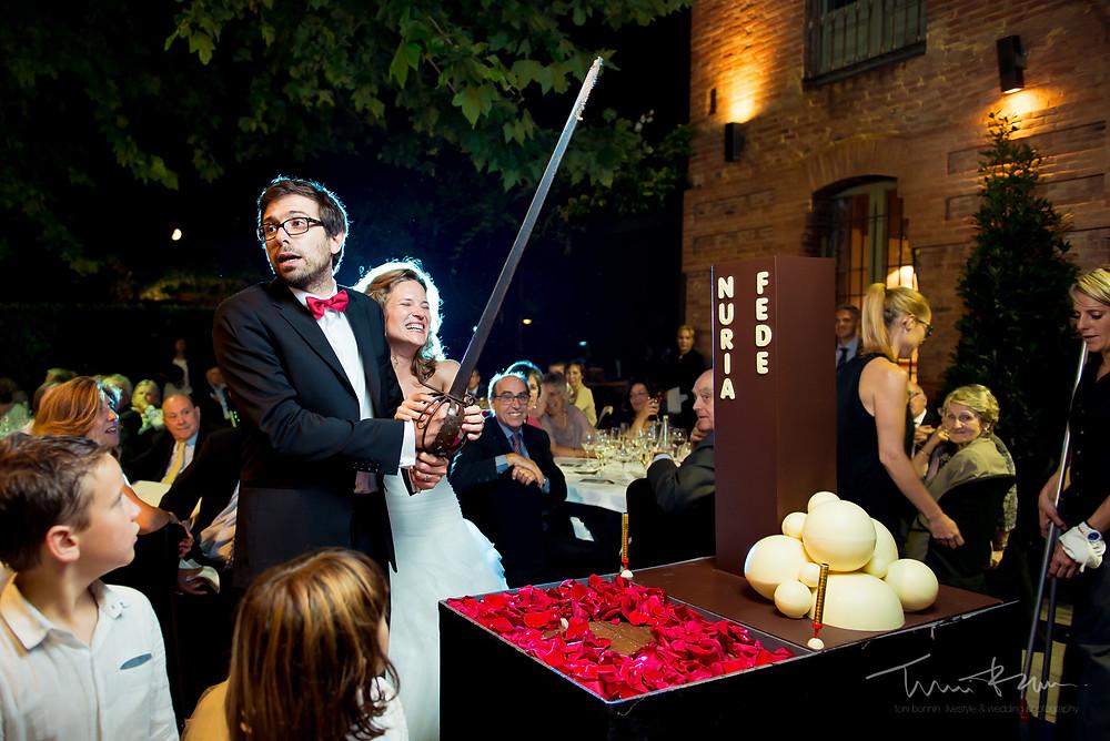 corte de tarta novio Mas Folch boda Fotografía documental Destination wedding photographer Tarragona  Barcelona