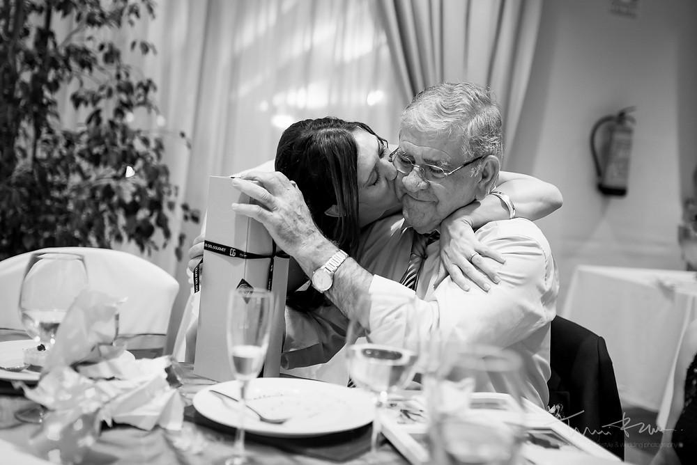 entrega restaurant les Marines Fotografía documental Destination wedding photographer Tarragona  Barcelona
