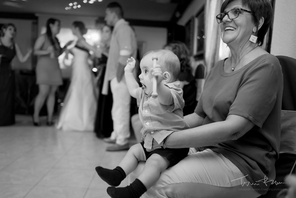 baile niño Fotografía documenta Destination wedding photographer Tarragona  Barcelona