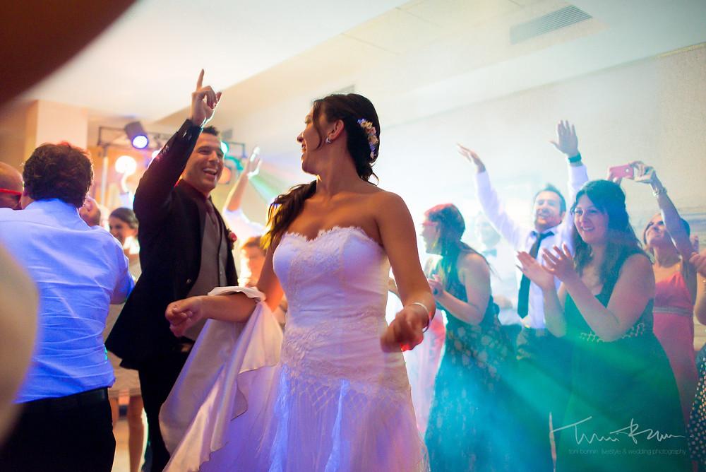 baile restaurant les Marines Fotografía documental Destination wedding photographer Tarragona  Barcelona