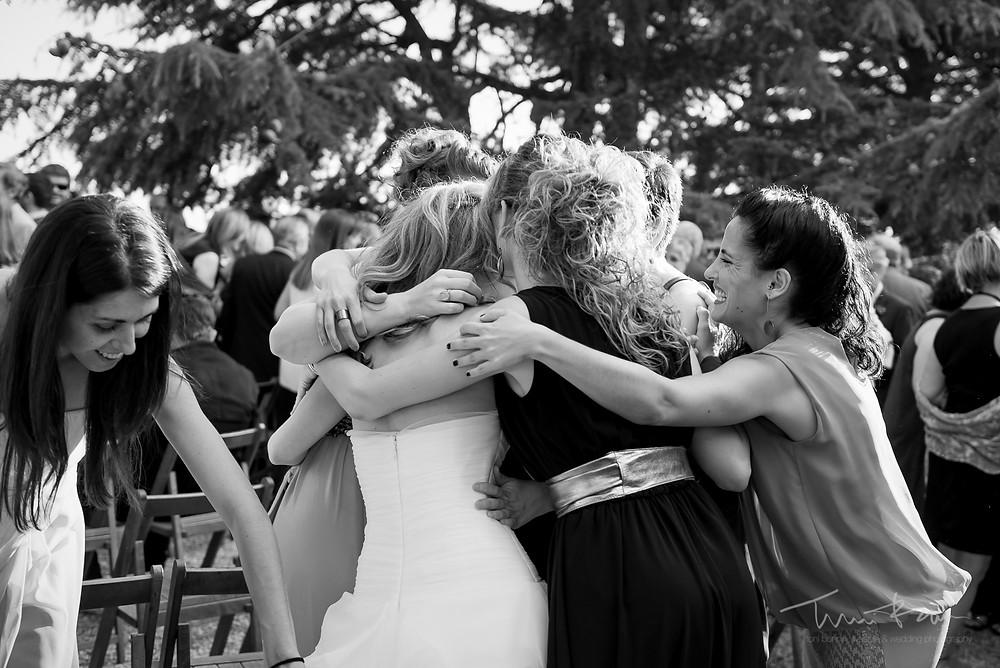 abrazo multitudinario Mas Folch boda Fotografía documental Destination wedding photographer Tarragona  Barcelona