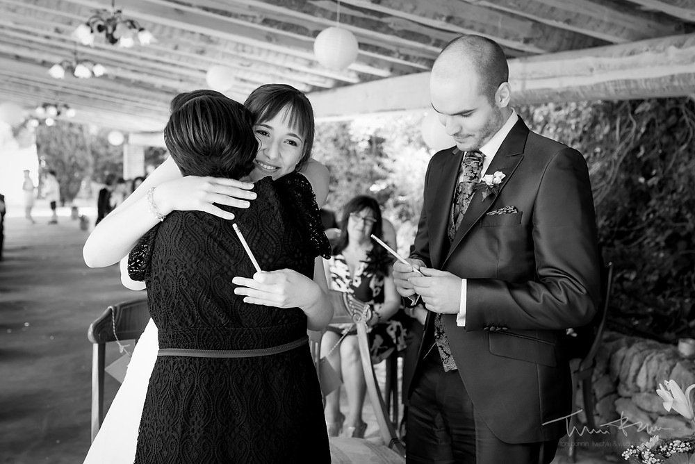 novia abraza hermana Fotografía documenta Destination wedding photographer Tarragona  Barcelona
