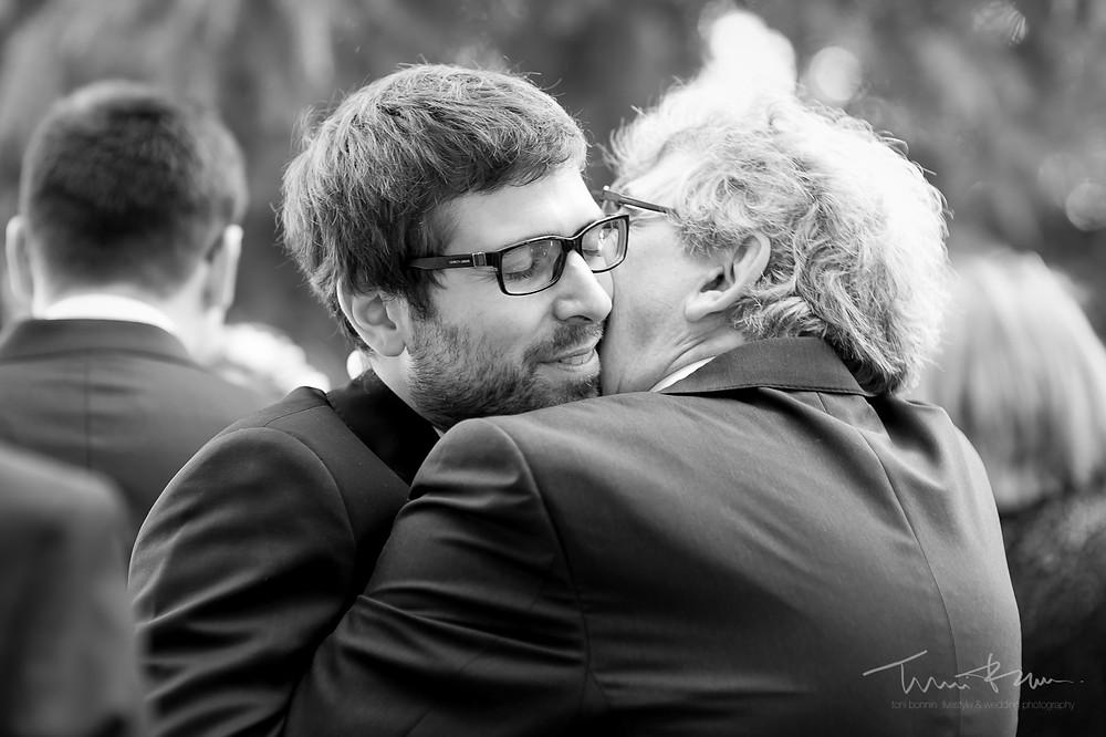 besos abrazo padre novio Mas Folch boda Fotografía documental Destination wedding photographer Tarragona  Barcelona