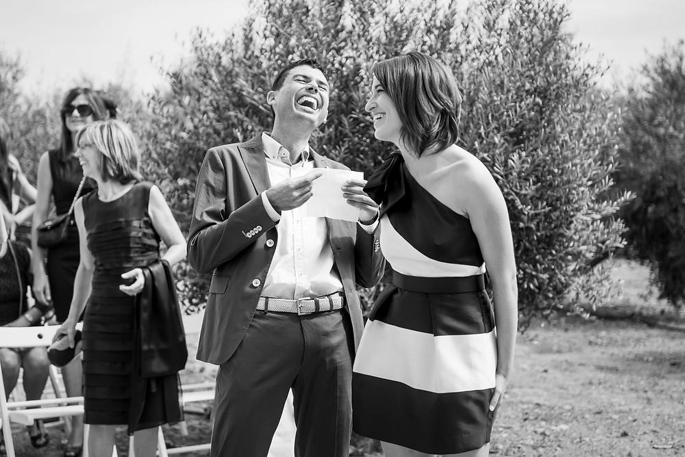 risas novios boda Mas Montbrió Belvédère Fotografía documental Destination wedding photographer Tarragona  Barcelona