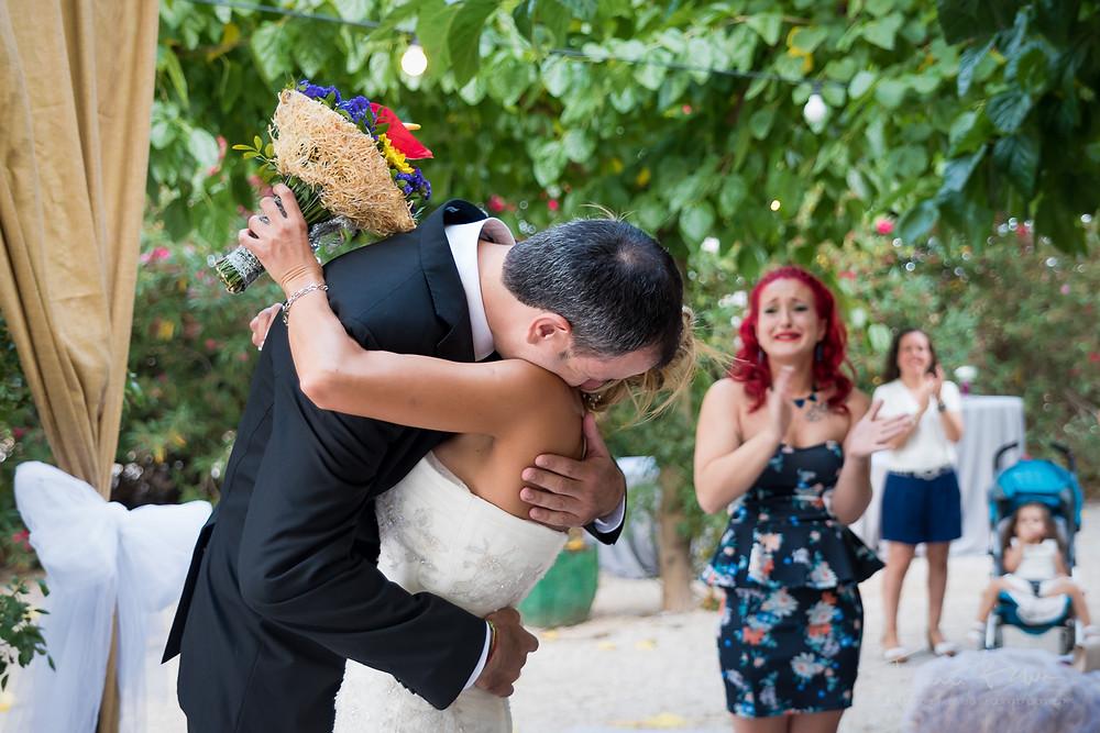 abrazo novios ceremonia Fotografía documental Destination wedding photographer Tarragona  Barcelona