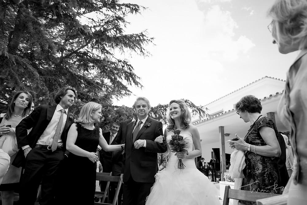 entrada novia first look Mas Folch boda Fotografía documental Destination wedding photographer Tarragona  Barcelona