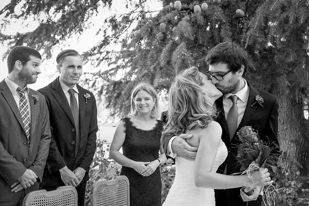 beso novios ceremonia Mas Folch boda Fotografía documental Destination wedding photographer Tarragona  Barcelona