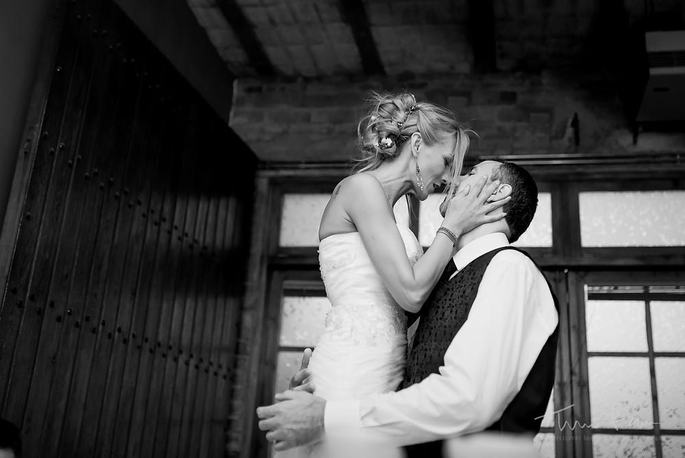 gesto intenso pasional novios Fotografía documental Destination wedding photographer Tarragona  Barcelona