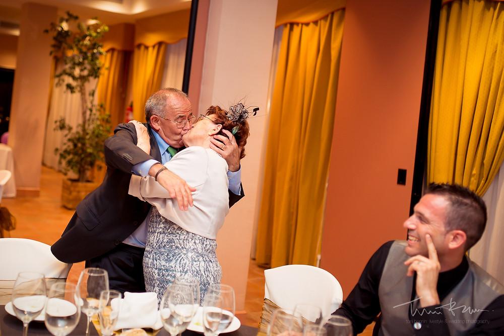 beso padres banquete restaurant les Marines Fotografía documental Destination wedding photographer Tarragona  Barcelona
