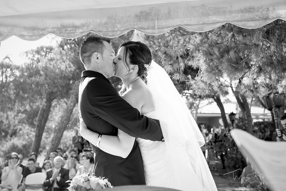 beso novios ceremonia restaurant les Marines Fotografía documental Destination wedding photographer Tarragona  Barcelona