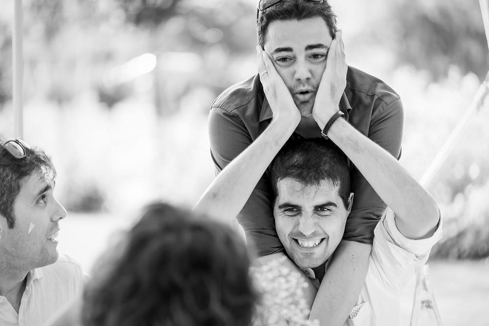 invitados banquete risas boda Mas Montbrió Belvédère Fotografía documental Destination wedding photographer Tarragona  Barcelona