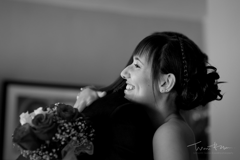 novia agradecida recibimiento ramo Fotografía documenta Destination wedding photographer Tarragona  Barcelona