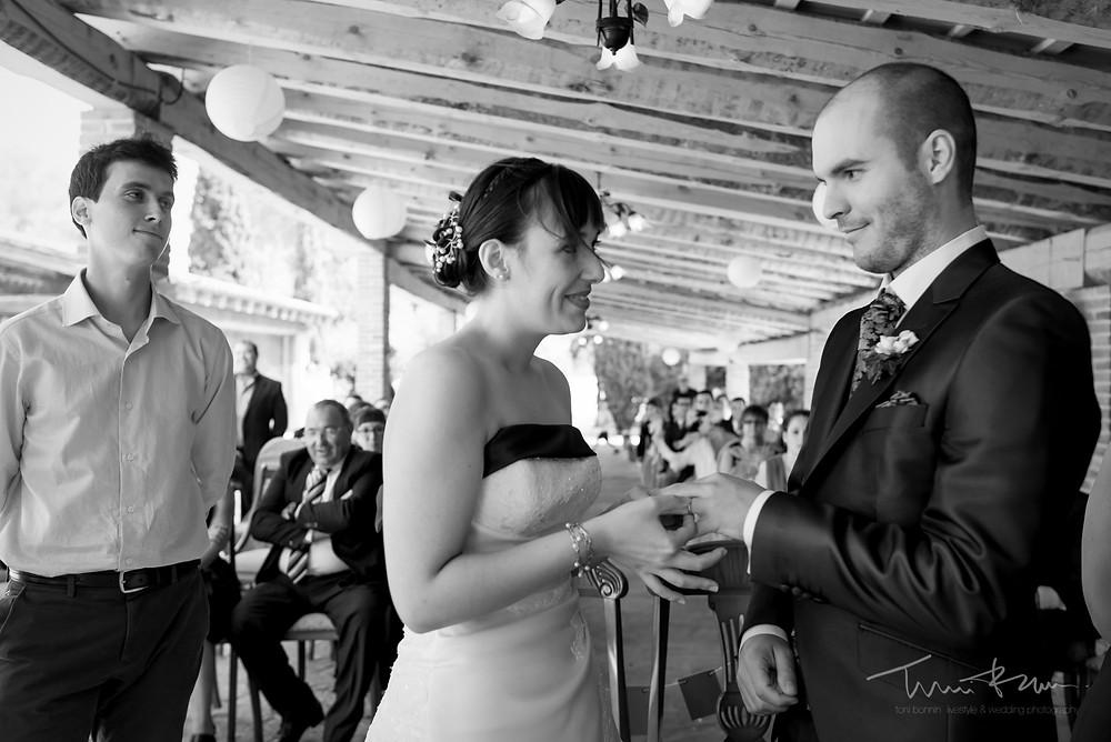 anillos novios Fotografía documenta Destination wedding photographer Tarragona  Barcelona