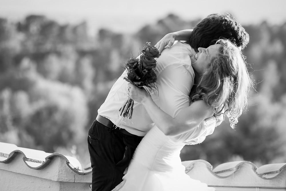 abrazo amigo novia Mas Folch boda Fotografía documental Destination wedding photographer Tarragona  Barcelona