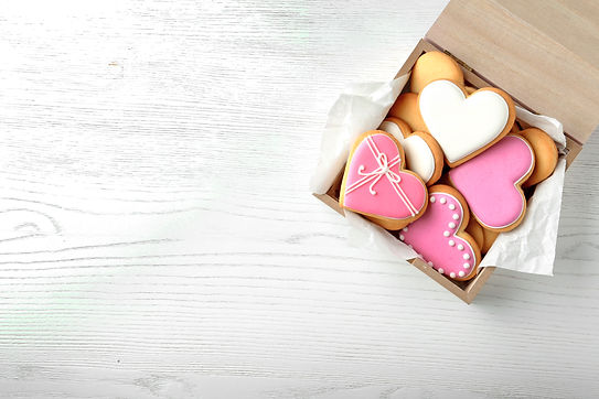 Decorated heart shaped cookies in wooden