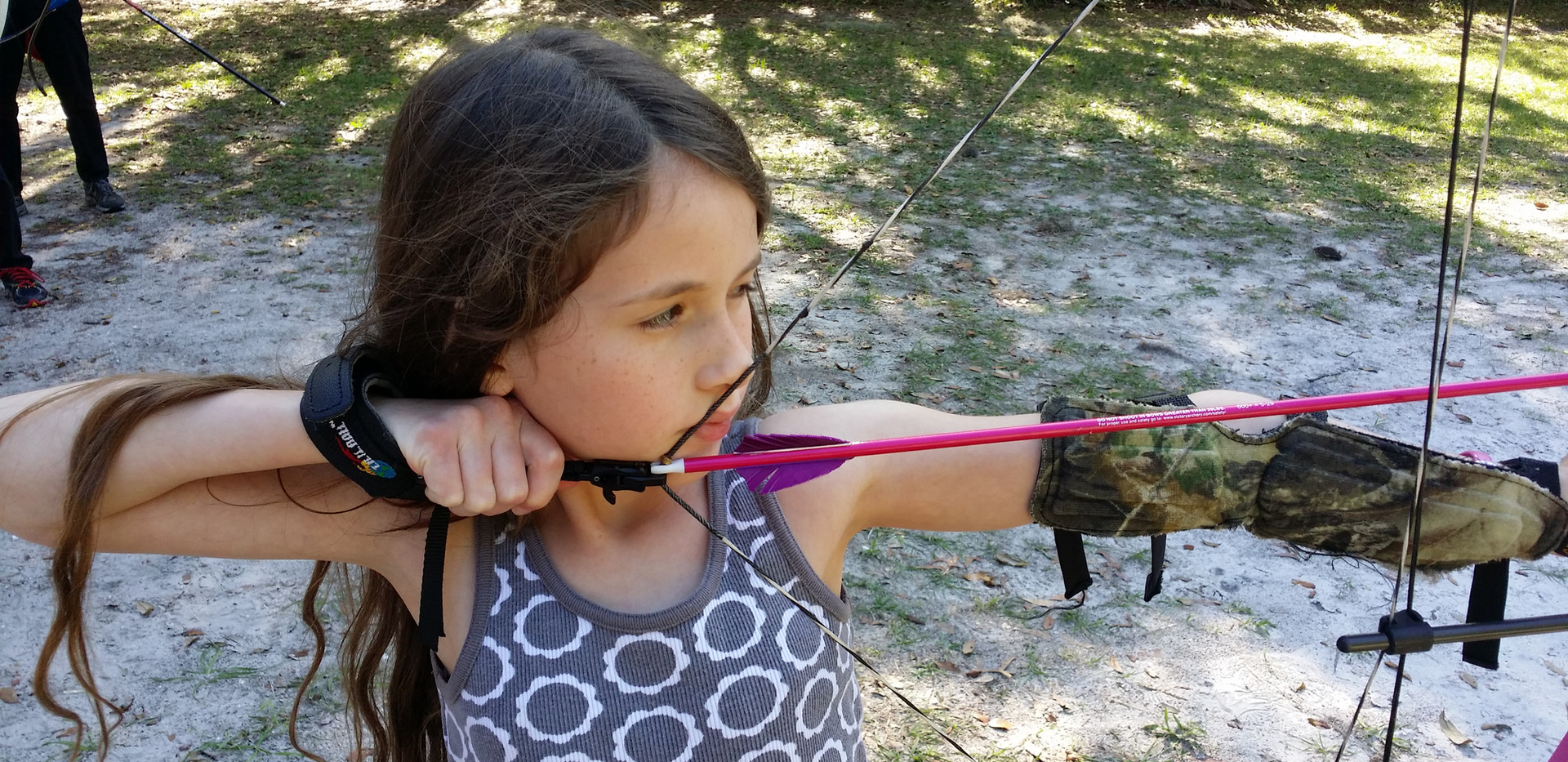 girl_shooting_archery_tampa_genesis_bow.