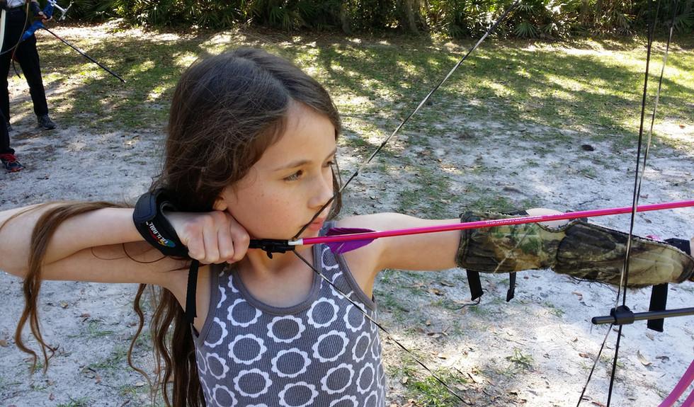 girl_shooting_archery_tampa_genesis_bow.