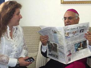 L'Arcivescovo Mons. Vincenzo Bertolone accolto dalla comunitá Squillacese A riceverlo é il Sindaco