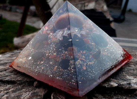 Orgonite de forme pyramidale