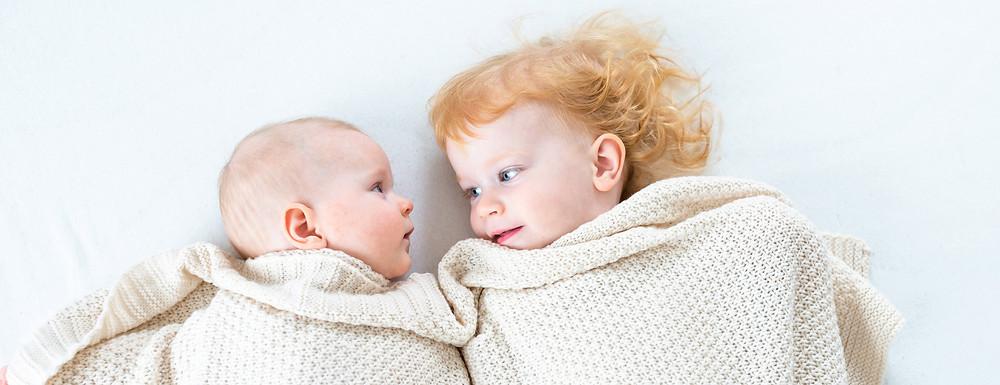 baby decke geschwisterkind foto