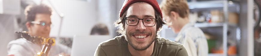 Hombre joven sonriente