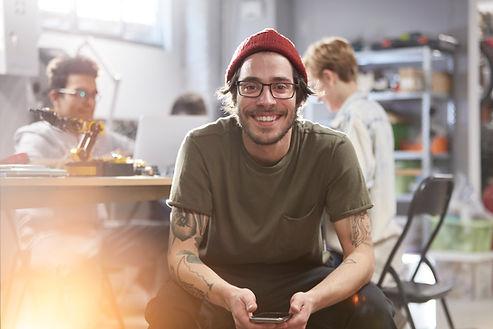 Homem novo de sorriso