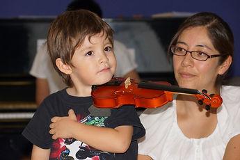 niño toca violín