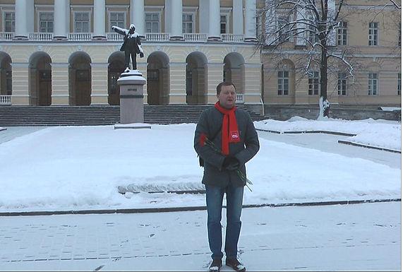 Цветы к памятнику Владимиру Ильичу Ленину
