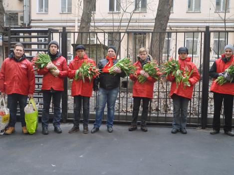 Ленинградские коммунисты и комсомольцы на улицах города поздравили прекрасный пол с 8 марта