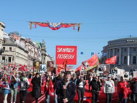Красный День Победы. Колонна коммунистов, ветеранов и комсомольцев прошла по Невскому проспекту