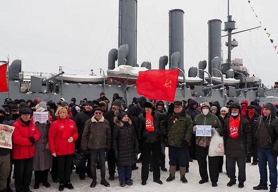Ленинградские коммунисты возложили цветы к крейсеру «Аврора»