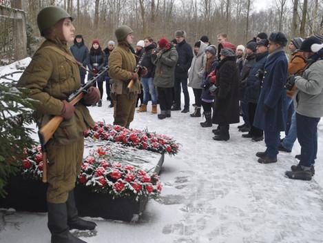 Коммунисты и комсомольцы почтили память защитников города Ленина