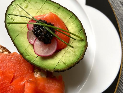 Kaviar Frühstück mit Osietra Kaviar, Lachs & Avokado
