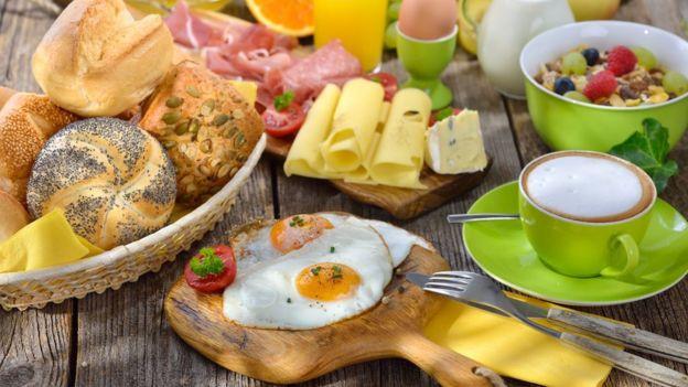 ¿Demasiado para un desayuno? De acuerdo con la crononutrición, las comidas copiosas mejor en las primeras horas del día.