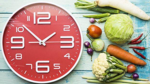 Los científicos investigan si cambiando los horarios de las comidas se pueden recomponer los ritmos circadianos en personas que sufren trastornos.